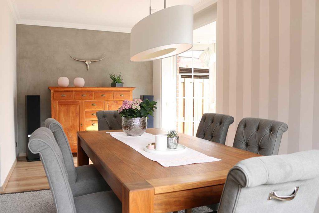 Wohnzimmer mit Spachteltechnik und Designtapete